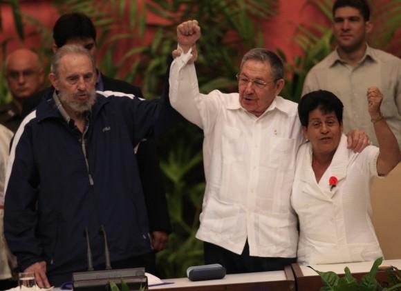 Con un emocionado aplauso, los delegados al VI Congreso del Partido Comunista de Cuba recibieron al líder de la Revolución Fidel Castro, acompañado de su hermano Raúl, segundo secretario de la organización y Presidente del país.