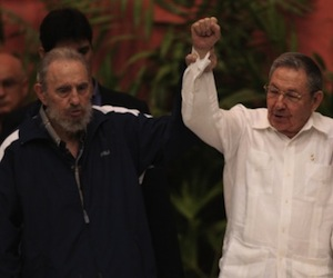 Fidel y Raúl en el VI Congreso del PCC. Foto: Ismael Francisco/Cubadebate.