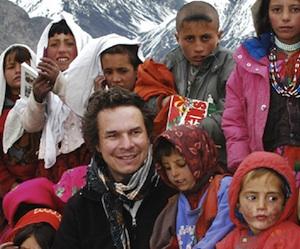 Mortenson posa con colegiales de Wakhan, al norte de Afganistán. Foto: Reuters