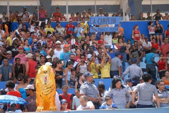 El público disfruta del segundo juego entre los equipos de Pinar del Río y Ciego de Ávila en el estadio José Ramón Cepero, como en la final de la 50 Serie Nacional de Béisbol, Cuba, el 24 de abril de 2011. AIN FOTO/Marcelino VAZQUEZ