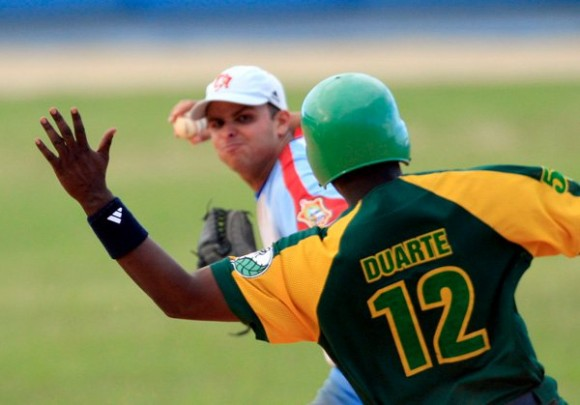 Donald Duarte intenta romper un doble play.  Foto Ismael Francisco