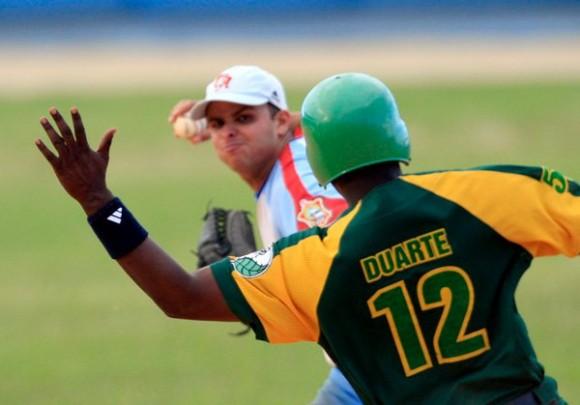 Donald Duarte intenta romper un doble play.  Foto Ismael Francisco