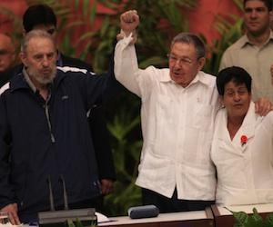 Fidel y Raúl clausuran VI Congreso del Partido Comunista de Cuba . Foto tomada de Cubadebate