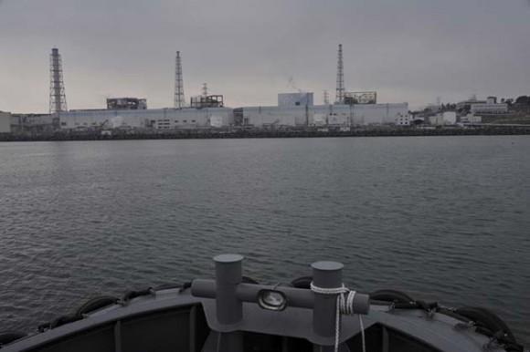 Así trabajan para arrojar agua dulce a los reactores. Foto: Reuters