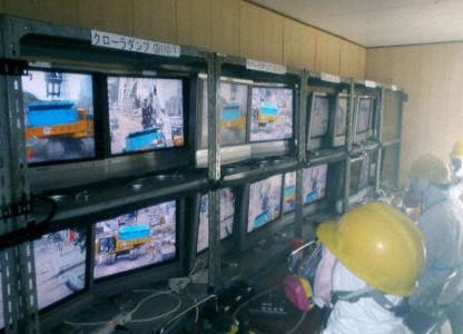 Trabajadores monitorizando maquinaria a control remoto en Fukushima I. Foto: TEPCO.