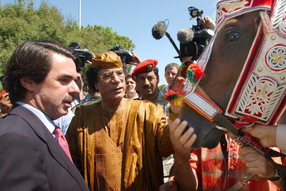 El presidente libio, Muamar El Gadafi, regaló un caballo de raza árabe a José María Aznar durante su visita a Trípoli el 18 de septiembre de 2003. El animal se llamaba El rayo del líder. Foto: EFE