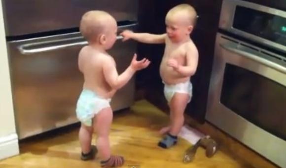 gemelos-discutiendo-3