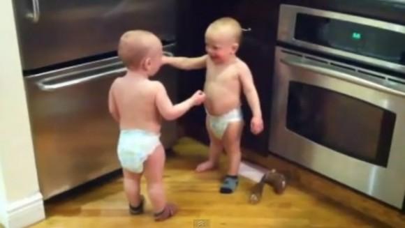 gemelos-disutiendo-2