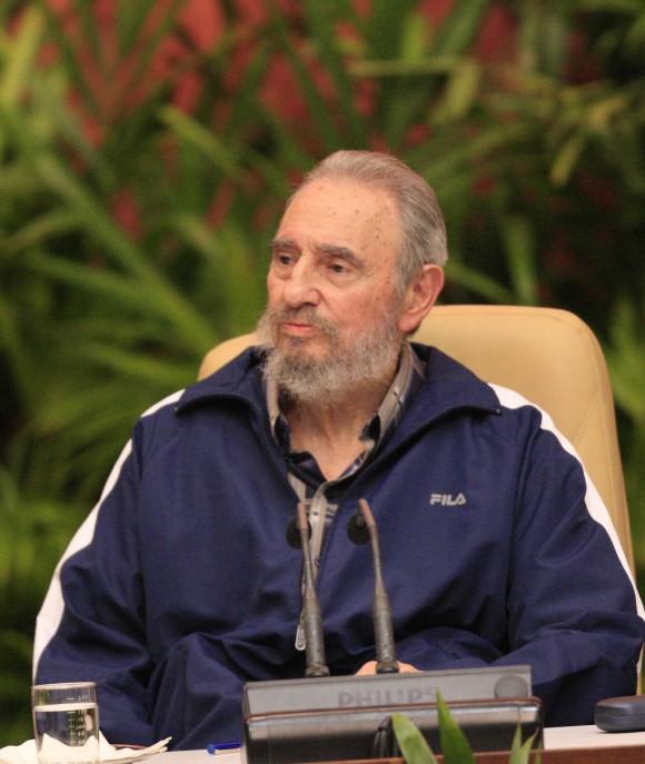 Con un cerrado aplauso los delegados al Sexto Congreso recibieron a Fidel Castro