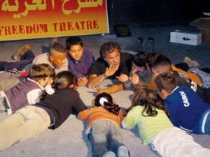 Juliano Mer Khamis con los niños de Arna.
