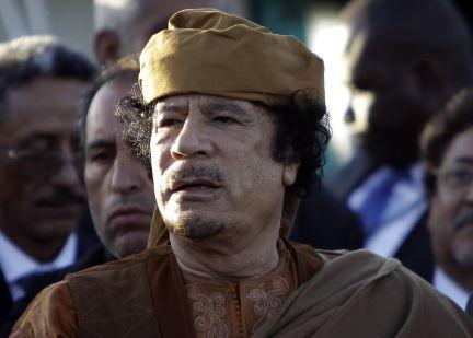 Gadafi fotografiado en su residencia de Trípoli después de reunirse con una delegación de la Unión Africana. Es una de sus primeras apariciones públicas, no en televisión, desde el comienzo del conflicto. (Foto: AFP, JOSEPH EID)