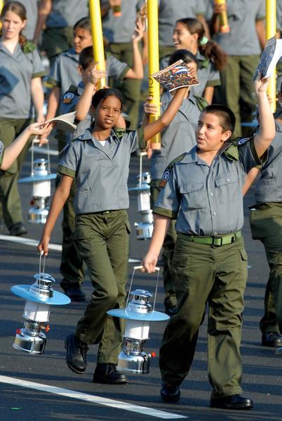 Bloque que representa a los alfabetizadores, durante la revista militar y desfile popular por el  aniversario 50 de la proclamación del Carácter Socialista de la Revolución Cubana y de la Victoria Militar de Playa Girón, celebrado en la Plaza de la Revolución José Martí, en La Habana,  Cuba,  el 16 de abril de 2011. AIN FOTO/Marcelino VAZQUEZ HERNANDEZ/thm