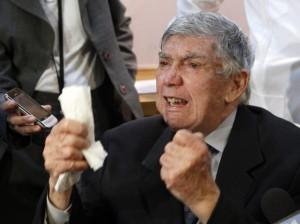 El terrorista y ex agente de la CIA, Luis Posada Carriles, responde a un reportero durante una conferencia de prensa en Miami, el miércoles 13 de abril del 2011