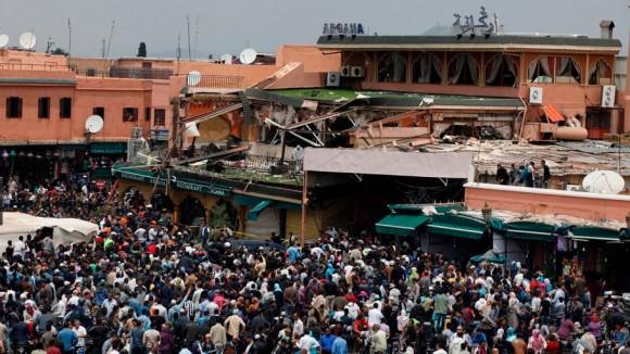 Miles de curioso se agolpan frente al café restaurante Argana, lugar del atentado de Marraquech.