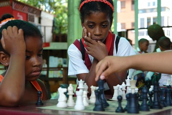 Niñas juegan ajedrez en el Pabellón Cuba