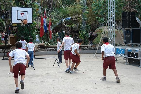 Niños juegan baloncesto en el Pabellón Cuba