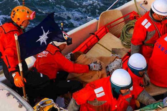 Rescatan a un perro que permaneció en el mar desde el día del tsunami