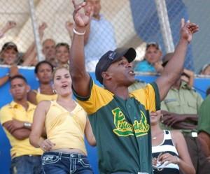 Los aficionados pinareños disfrutan del segundo juego entre los equipos de Pinar del Río y Ciego de Ávila en el estadio José Ramón Cepero, como parte de la final de la 50 Serie Nacional de Béisbol, Cuba, el 24 de abril de 2011. AIN FOTO/Osvaldo GUTIERREZ GOMEZ