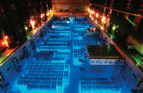 Piscina de combustible usado sobre un reactor nuclear EE.UU. almacena el cuádruple de barras de combustible nuclear usado de la capacidad de la piscina.