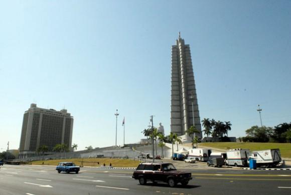 Preparativos en Cuba para el desfile del 16 de abril. Foto: Roberto Suárez