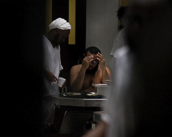 Presos en Campo VI Guantánamo. Foto: El País