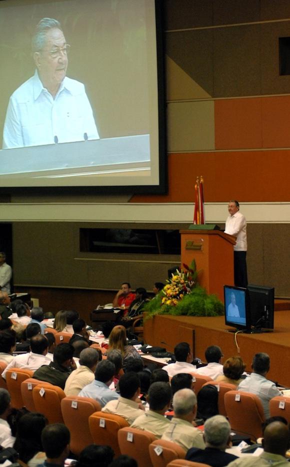 Raúl lee el informe central del VI Congreso del Partido Comunista de Cuba. Foto: Marcelino Vázquez Hernández/AIN