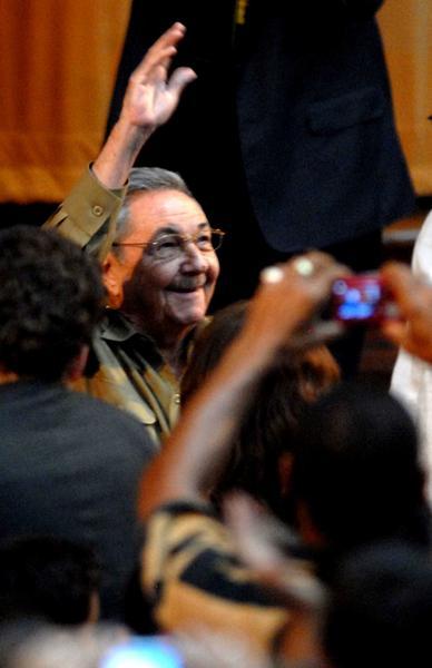 El General de Ejército Raúl Castro Ruz, Presidente de los Consejos de Estado y de Ministros de Cuba, a su llegada a la clausura del V Congreso de la Organización de Pioneros José Martí (OPJM), en el teatro Karl Marx, el 4 de abril de 2011. AIN FOTO/Marcelino VAZQUEZ HERNANDEZ