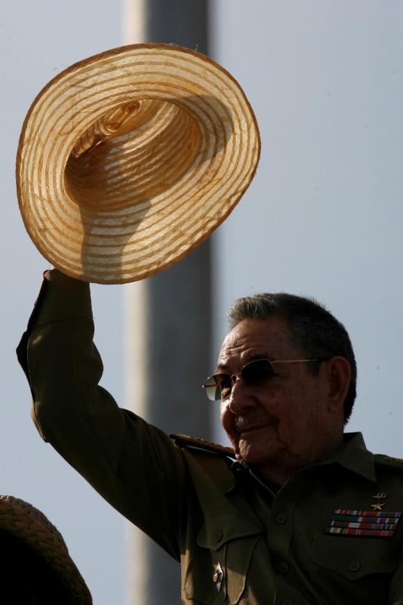 Raúl Castro saluda a los habaneros que asisten a la marcha y al desfile militar. Foto: Ismael Francisco