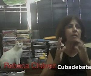 Rebeca Chávez en su casa, junto a la gata Princesa.