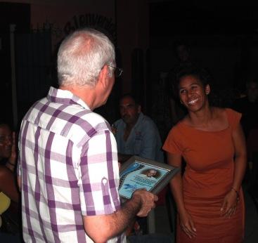 Autoridades de la cultura en el municipio le entregaron una placa de reconocimiento a Chijona por su entrega y obra en el séptimo arte