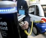 Un auto eléctrico recargando baterías en el Reino Unido.