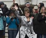 La ex candidata a la presidencia Sarah Palin saludando a seguidores del Tea Party