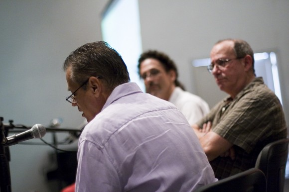 Senel Paz presenta este texto. A su lado, Silvio Rodríguez, y más alejado, Pepe Menéndez, el moderador y diseñador del libro. Foto: Abel (Casa de las Américas)