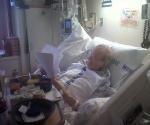 Leonard Weinglass en el hospital revisando el documento de Antonio Guerrero
