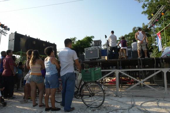 Un alto en el eterno rodar para escuchar al bardo. Foto: Rafael González/Cubadebate.
