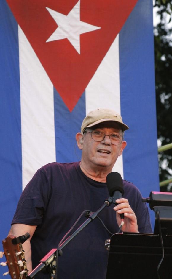 Saludan Silvio y la bandera. Foto: Alejandro Ramírez