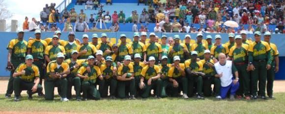 El equipo de Pinar del Río, nuevo campeón de la Serie de Oro del Béisbol Cubano, en Ciego de Ávila, Cuba, el 2 de mayo de 2011. AIN FOTO/Marcelino VÁZQUEZ HERNÁNDEZ