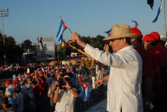 Raúl Castro Ruz, Primer Secretario del Comité Central del Partido Comunista de Cuba, preside el desfile por el 1 de mayo, en Santiago de Cua, el 1 de mayo de 2011. AIN FOTO/Miguel RUBIERA/
