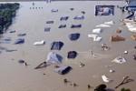 Vista de una zona industrial en la ciudad de Memphis (Estados Unidos) anegada por la cresta de la crecida del río Misisipí hoy, martes 10 de mayo de 2011. La cresta de la crecida del Misisipí alcanzó hoy la ciudad de Memphis, en Tenesí, donde cientos de familias tuvieron que ser evacuadas al llegar el nivel del agua hasta 14,6 metros, según informaron las autoridades. EFE/Dan Anderson