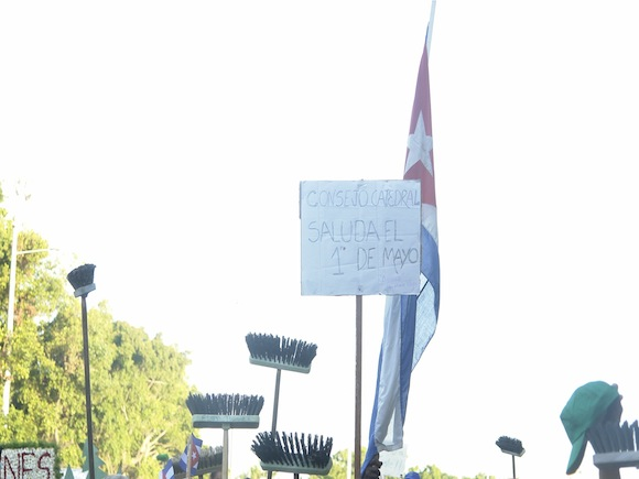 Escobas en alto. Foto: Rafael González/Cubadebate.