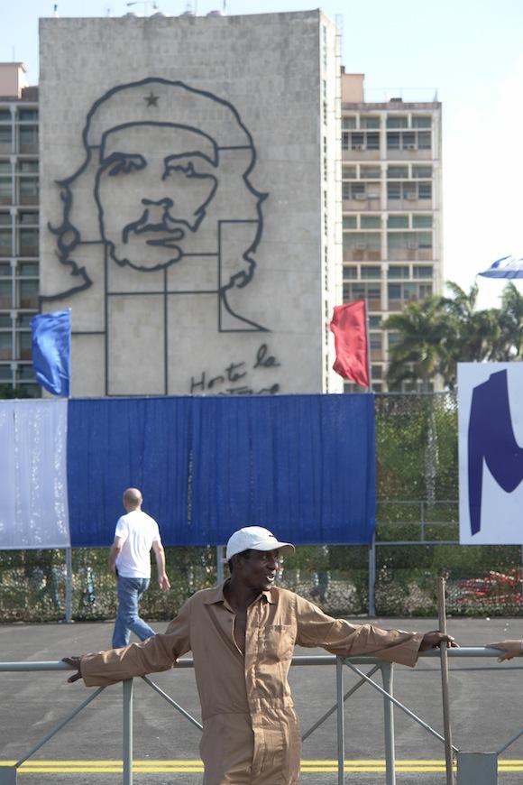 Un descanso a la vera de Che. Foto: Rafael González/Cubadebate.