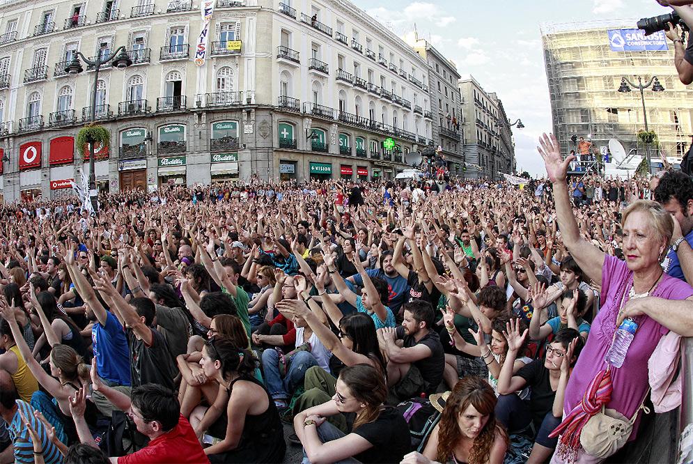Los indignados seguir n en la plaza del sol en barcelona for Hora puerta del sol