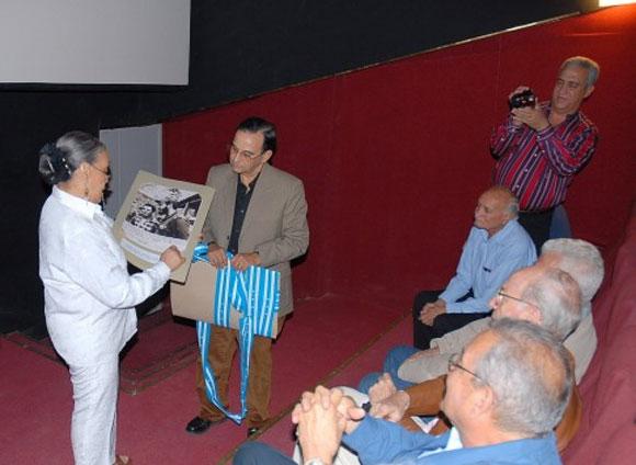 Marigloria Cornejo, hija del maestro de Bastidas, entrega a Tubal Páez, presidente de la UPEC, documentos que se encontraban en la Biblioteca de su padre en Guayaquil relacionados con el periodista ecuatoriano.