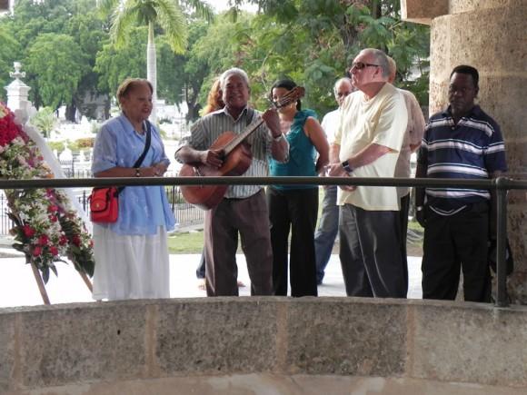 Miembros del comité organizador de Cubadisco, artistas, funcionarios y crreadores, rindieron tributo a Jośe Martí.Foto Marianela Dufflar.