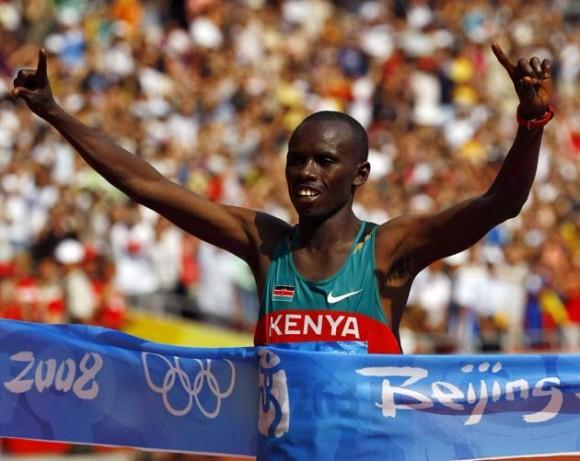Murió el actual campeón olímpico de maratón al caer del segundo piso de su casa. En esta imagen celebra la victoria en Beijing 2008. Foto: Reuters