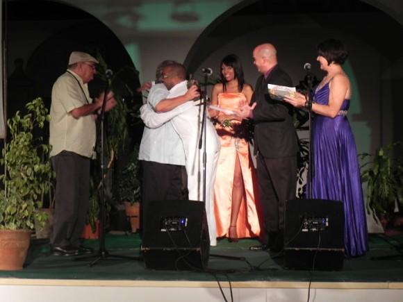 Los maestros Frank Fernández y Adalberto ALvarez se funden en un emotivo abrazo al entregarle al Caballero del Son el Premio de Honor Especial Cubadisco 2011