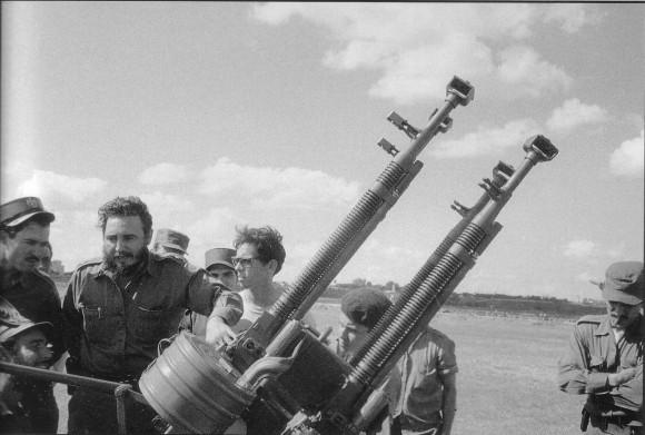 Fidel visita a una brigada de la Defensa Antiaérea.