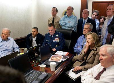 Foto original de la Sala Situacional de la Casa Blanca durante el asesinato de Bin Laden.