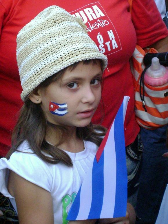 Niños en el desfile por el 1ro de mayo del 2011 en la Plaza de la Revolución de La Habana, Cuba_04