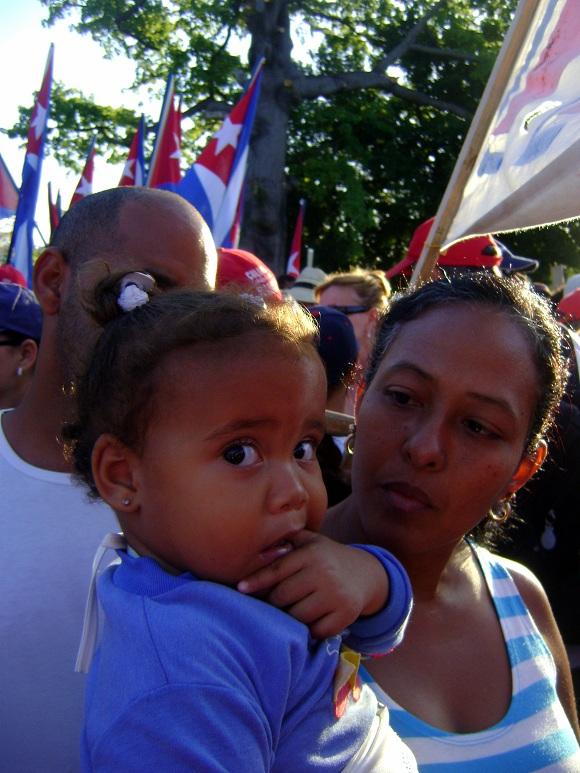 Niños en el desfile por el 1ro de mayo del 2011 en la Plaza de la Revolución de La Habana, Cuba_03